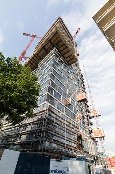 Aufzugkabine XXL : Eine Kabine ist mit einer Innenhöhe von 2,80 m für den Transport großer Fassaden- und Balkonelemente ausgelegt.
