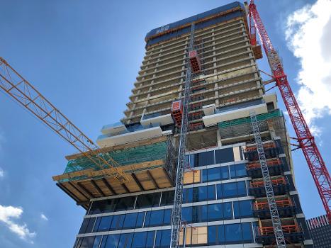Auskragende Übergange vom Gebäude zu den Aufzügen : An jeder Etage bzw. an jeder Haltestelle der Aufzüge wird aufgrund des vergrößerten Abstandes zum Gebäude ein ca. 1,20 m langer Übergang montiert (rechts im Bild).