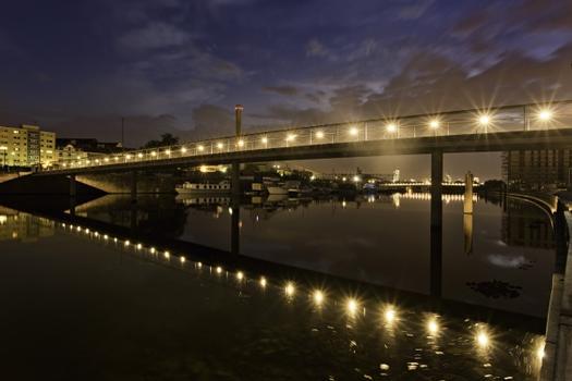 Der neue Fußgängersteg im Hafen Offenbach bei Nacht