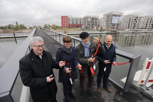Von links: Markus Eichberger, Daniela Matha, Oberbürgermeister Horst Schneider und Architekt Kai Otto vom Frankfurter Architekturbüro schneider+schumacher bei der Eröffnung der Fußgängerbrücke