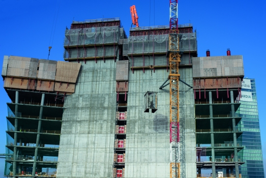 Climbing protection panels also served as anti-fall protection : The climbing protection panel systems protected the workers against the effects of weather such as wind, but also served as anti-fall protection at great heights.