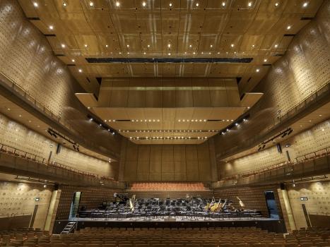 Decke und Bühnenrückwand des Koningin Elisabethzaals sind mit 1.600 m² des Gewebetyps Alu 6010 bekleidet.