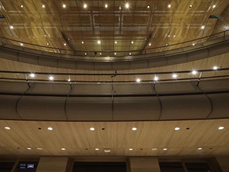 Das semitransparente Metallgewebe verdeckt im Koningin Elisabethzaal die Rohdecke und die darüber liegende Technik. : Das semitransparente Metallgewebe verdeckt im Koningin Elisabethzaal die Rohdecke und die darüber liegende Technik.