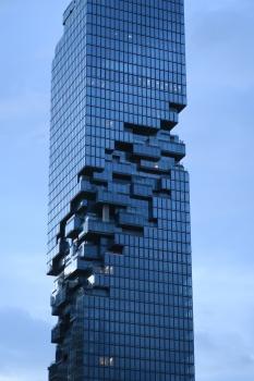 Seinen Ruf als neue Architekturikone Bangkoks verdankt der MahaNakhon den versetzt angeordneten Glasbalkonen und Terrassen; diese geben dem Turm die Anmutung eines unvollendeten Gebäudes mit vertikaler Drehung.
