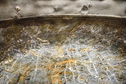 Gesteinsschichten am Ende eines Zugangsstollens