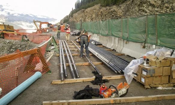 Schwer zugängliches Terrain und eingeschränkte Platzverhältnisse erschwerten die Bauarbeiten.