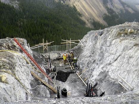 In den Betonfundamenten für die Kastenträger wurden 64 Mikropfähle sowie doppelt korrosionsgeschützte Felsanker verbaut.