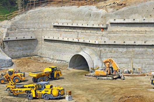 Einfahrtsbereich in eine Röhre des Götschka-Tunnels