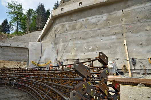 Lattice girders for stabilizing the precuts and the excavation work