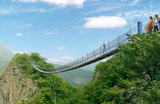 Fußgänger-Hängebrücke zwischen zwei Berggipfeln