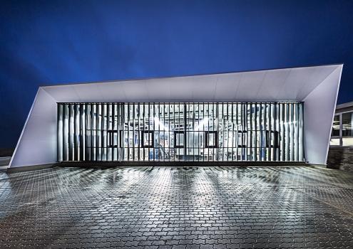 Die Westfassade ermöglicht Einblicke in die Produktion.