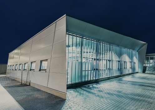 Die Lamellen der Glasfassade fungieren nicht nur als Sonnenschutz; sie erlauben zudem maximalen Aus- und Einblick.  : Die Lamellen der Glasfassade fungieren nicht nur als Sonnenschutz; sie erlauben zudem maximalen Aus- und Einblick.