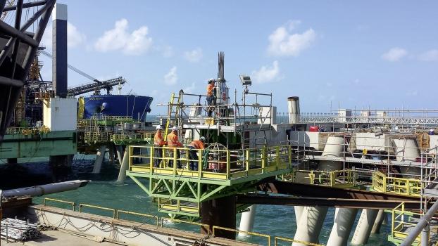 Im Hafen von Hay Point werden Anker montiert