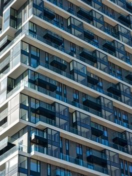 Für die heterogene Gebäudehülle des Henninger Turms wurden insgesamt 5.130 Fensterelemente aus Glas verbaut.