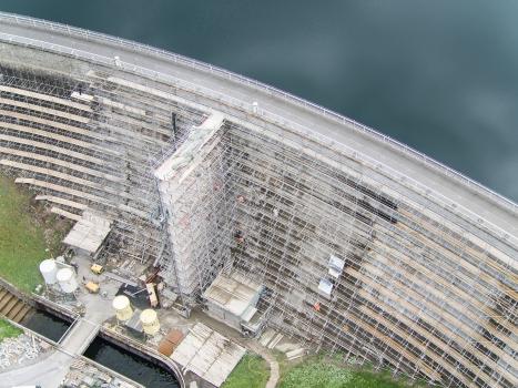 Für die Sanierung der Mauervorhangschale wurde ein komplexes Arbeitsgerüst an der Mauerluftseite gebaut.  : Für die Sanierung der Mauervorhangschale wurde ein komplexes Arbeitsgerüst an der Mauerluftseite gebaut.