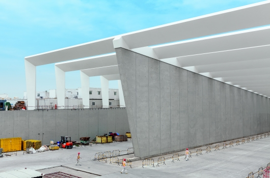 The construction team achieved the best SB 4 architectural concrete quality with a clearly structured joint and tie arrangement as well as permanent water impermeability for the walls of the tunnel entrance