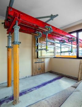 Mittels RCS-Schienen und Laufkatzen aus dem PERI UP-System ließen sich sperrige Bauteile bequem durch Fensteröffnungen nach draußen verfahren.