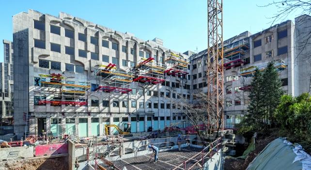Zeitgleich zu den Baumaßnahmen im Erdgeschoss wurden mithilfe der auskragenden PERI-Plattformen die darüber liegenden 165 Hotelzimmer kernsaniert.
