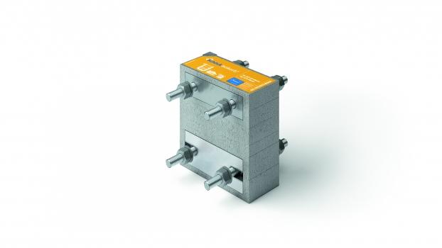 """Ein """"Isokorb""""-Element zur thermischen Trennung ist ein tragendes Wärmedämmelement für Stahl-auf-Stahl-Konstruktionen. Es besteht aus einem Stück Dämmschaum, der mit verschraubten Edelstahl-Stangen zwischen Edelstahl-Seitenplatten komprimiert wird."""