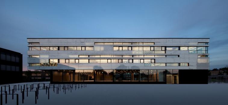 Sebastian-Lotzer-Realschule, Memmingen: CONCRETCOOL ermöglicht glatte Deckenansichten, die Kiefer-Luftauslässe werden flächenbündig in die Betondecken integriert.