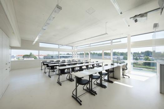 Sebastian-Lotzer-Realschule in Memmingen: Die Zuluft wird bei CONCRETCOOL nicht direkt in den Raum geführt, sondern durchströmt zuerst die in der Decke einbetonierten Aluminium-Kühlrohre.