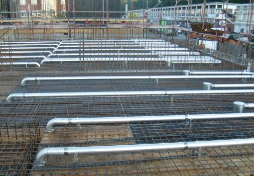Kühlrohre aus Aluminium: In die Betondecken werden rasterbezogen Kühlrohre aus wärmeleitendem Aluminium eingegossen. Verlegen lassen sich die Kühlrohre in Ortbeton, Filigrandecken und Fertigteildecken.