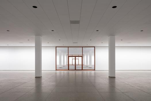 Sockelgeschoss mit rekonstruierter Moduldecke : Im Sockelgeschoss wurde die Moduldecke rekonstruiert. Hinter den 60 x 60 cm großen denkmalgeschützten Bestandslochblechen verstecken sich Design-Luftdurchlässe.