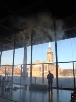 Die Eingangshalle ist 8,40 m hoch. : Um die Probleme mit Kondenswasser an den ungedämmten Fensterfronten auf ein Minimum zu reduzieren, führte Kiefer Rauchversuche in der 8,40 m hohen Eingangshalle durch.