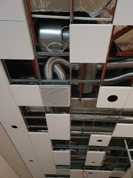 Die neuen Luftauslässe integrieren sich perfekt in die neue Unterdecke. : Die neuen Luftauslässe wurden in einem Sondermaß gefertigt: So integrieren sie sich perfekt in die neue Unterdecke.