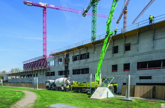 Insgesamt 55.000 m³ Beton und 9.000 t Baustahl werden in Frankfurt verbaut. Zum Schalen der Außenwände werden Rahmenschalungen und Faltbühnen eingesetzt