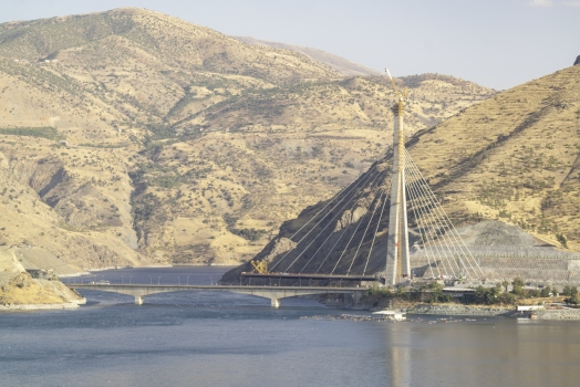 Kömürhan Bridges over the Euphrates: The new Kömürhan Bridge is designed as cable-stayed. It will be connected to the pylon with 42 tensioned cables. The older Kömürhan bridge from 1986 can be seen in front.