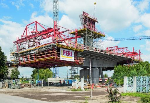 Thanks to the detailed planning provided by PERI engineers and high flexibility of the PERI balanced cantilever equipment, the superstructure of the cable stay bridge could be completed according to the schedule.