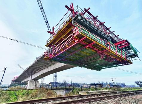 When moving the PERI cantilevered construction carriage above the overhead lines, the safety of construction team and the adjacent area was always guaranteed through the compatibility with the PERI UP modular scaffolding.