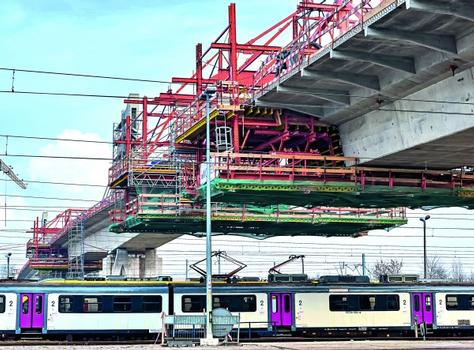 Heavy railway traffic at one of the busiest stations in Poland remained undisturbed during construction thanks to the PERI balanced cantilever equipment.