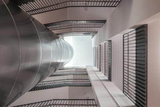 Lycée technique pour professions de santé:La lumière du jour pénètre profondément dans le bâtiment de l'école, ici dans une cage d'escalier.