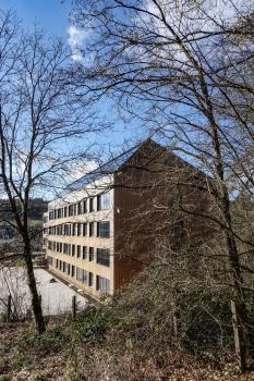 Lycée technique pour professions de santé:Le bois comme matériau de construction a des propriétés positives en termes de climat intérieur, d'efficacité énergétique et d'économie ainsi que de son aspect naturel.