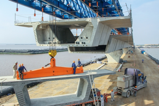 The 88 bridge spans of Lach Huyen Bridge are supported by pile structures.