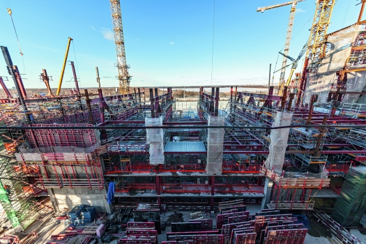 There have been different formwork and shoring solutions: among other things, climbing formwork units, panel formwork as well as working platforms for the multi-purpose building.