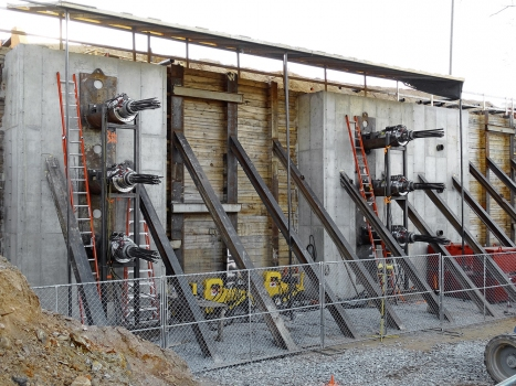 Tensioning jacks, which were run using hydraulic pumps, pulled the tunnel segments that were attached to tendons step by step through the embankment.
