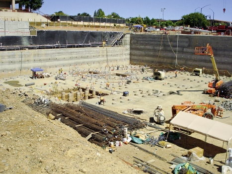 A temporary retaining wall was built as protection around the existing hospital facilities and adjacent roads.