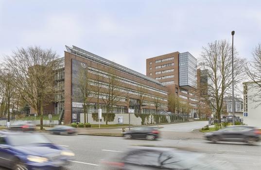 Die stickoxidbindende Textilfassade am Hamburger ECE-Campus (links im Bild)