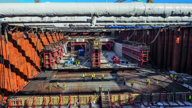 For the twin-tube tunnel segments, the construction team formed and concreted the bottom slab and walls in a single pour, then the slabs using two formwork carriages. The limited workspace in the dry dock posed a number of challenges.