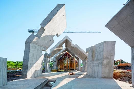 Ingenieure von PERI planten die Umsetzung der besonderen Architektur mit einer maßgeschneiderten Schalungslösung. Zahlreiche Versätze und schräge Flächen prägen das komplexe Bauwerk ebenso sowie starke Sandwichwände und Decken.