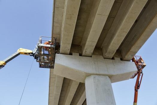 Spannen der Stabspannglieder am 12,4 km langen Viadukt