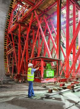 Based on the VARIOKIT modular system, the PERI formwork carriage solution is tailored to meet all project requirements and is also hydraulically operated.