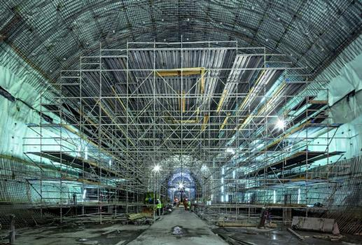 The PERI UP working scaffold has been optimally adapted to suit the imposing cross-sectional geometry of the station's arched form and is used to execute the waterproofing and reinforcement work in advance