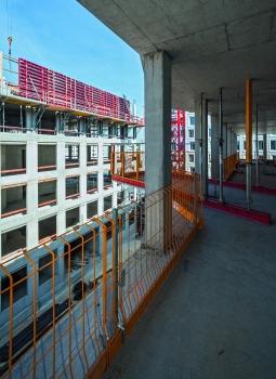 Der PROKIT-Seitenschutz sicherte die Absturzkanten der Rohbaugeschosse beider Wohntürme lückenlos, auch beim Übergang zur RCS MP-Ausfahrbühne.