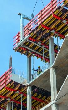Die projektbezogen maßgeschneiderten Randtische wurden mithilfe der PERI-Umsetzgabel inklusive Geländer platziert.