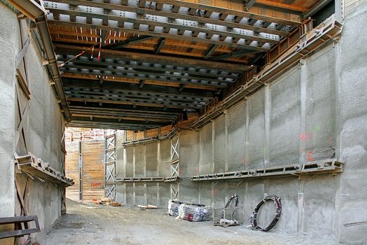 The tunnel structure had been concreted as a trough structure in sections with floor slabs, walls and corners.