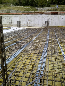 Monostrand tendons in PE ducts for post-tensioning the floor slab of the valley station